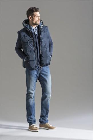 Comment porter une veste sans manches matelassée gris foncé: Essaie d'harmoniser une veste sans manches matelassée gris foncé avec un jean bleu pour un look de tous les jours facile à porter. Termine ce look avec une paire de des baskets basses marron clair.