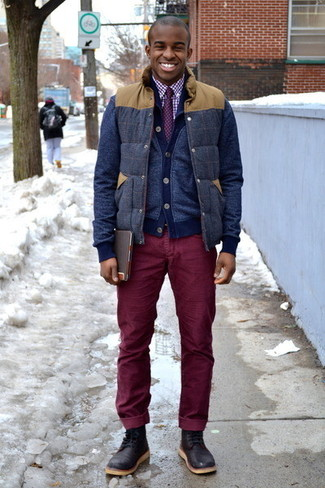 Comment porter: veste sans manches en laine bleu marine, cardigan bleu marine, chemise de ville en vichy blanc et rouge, jean en velours côtelé bordeaux