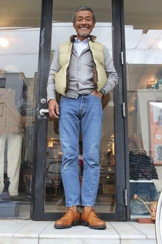 Comment porter: veste sans manches chartreuse, cardigan gris, chemise de ville blanche, jean bleu