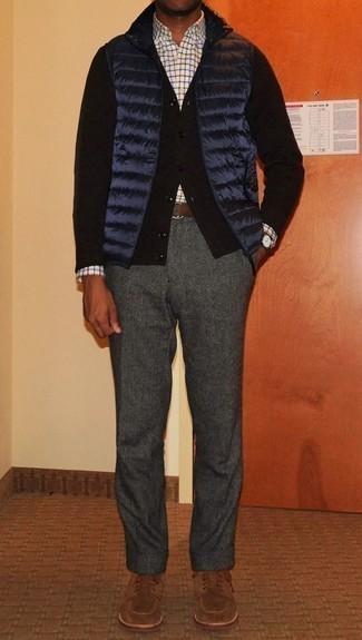 Comment porter un cardigan noir: Pense à associer un cardigan noir avec un pantalon chino en laine gris foncé pour obtenir un look relax mais stylé. Choisis une paire de des chaussures derby en daim marron pour afficher ton expertise vestimentaire.