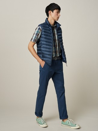 Comment porter: veste sans manches bleu marine, chemise à manches courtes écossaise bleu marine, pantalon chino bleu marine, baskets basses en toile vert menthe