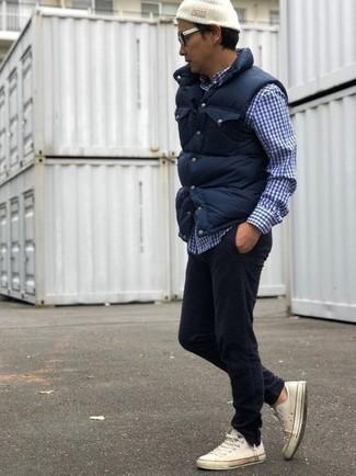 Comment porter: veste sans manches matelassée bleu marine, chemise à manches longues en vichy bleu marine et blanc, jean en velours côtelé noir, baskets basses en toile blanches