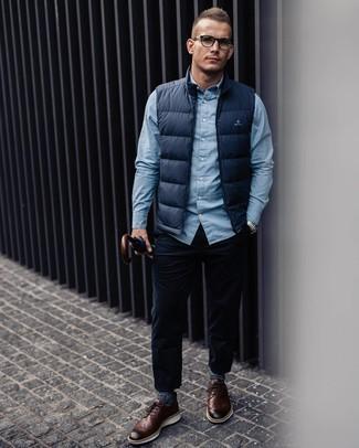 Comment porter: veste sans manches bleu marine, chemise à manches longues bleu clair, jean en velours côtelé bleu marine, chaussures brogues en cuir marron