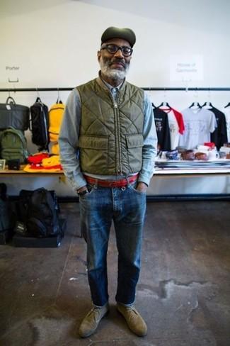 Comment porter: veste sans manches olive, chemise à manches longues en chambray bleu clair, jean bleu, bottines chukka en daim olive