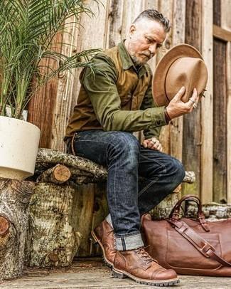Tendances mode hommes: Pour une tenue de tous les jours pleine de caractère et de personnalité porte une veste sans manches marron clair et un jean bleu marine. Habille ta tenue avec une paire de bottes de loisirs en cuir marron.