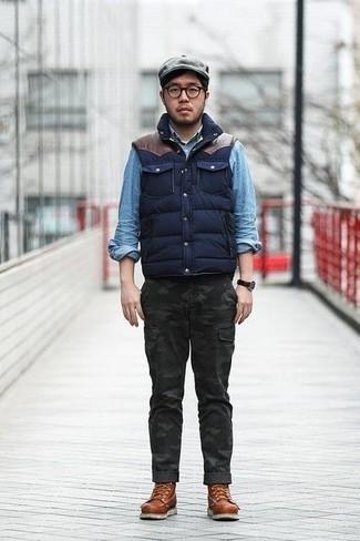 Comment porter une casquette plate grise: Opte pour une veste sans manches matelassée bleu marine avec une casquette plate grise pour un look confortable et décontracté. Opte pour une paire de des bottes de loisirs en cuir marron pour afficher ton expertise vestimentaire.
