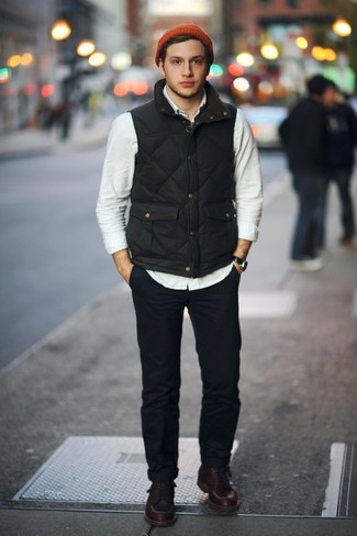 Comment porter: veste sans manches noire, chemise à manches longues beige, pantalon chino bleu marine, bottes de travail en cuir marron foncé