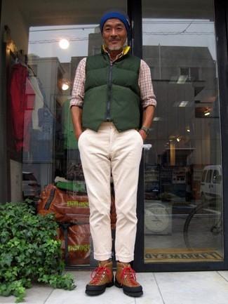 Comment porter: veste sans manches matelassée vert foncé, chemise à manches longues écossaise beige, pantalon chino beige, baskets montantes en daim marron
