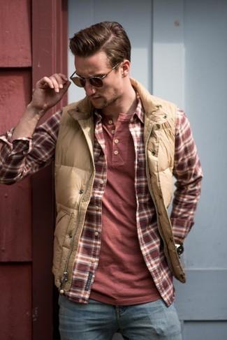 Comment porter: veste sans manches matelassée marron clair, chemise à manches longues écossaise rouge et blanc, t-shirt à col boutonné rouge, jean bleu