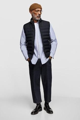 Comment porter un jean noir: Pour créer une tenue idéale pour un déjeuner entre amis le week-end, essaie de marier une veste sans manches matelassée noire avec un jean noir. Une paire de chaussures derby en cuir noires ajoutera de l'élégance à un look simple.
