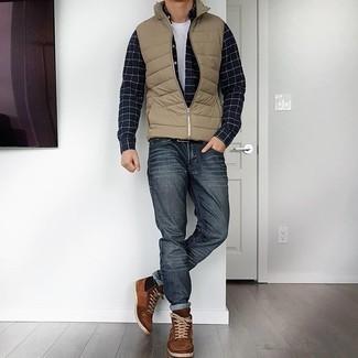 Comment porter un jean gris foncé: Pour une tenue de tous les jours pleine de caractère et de personnalité marie une veste sans manches matelassée marron clair avec un jean gris foncé. Mélange les styles en portant une paire de baskets montantes en daim marron.