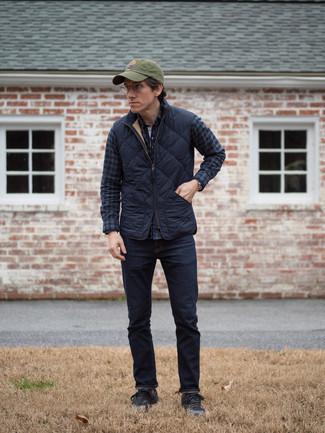 Comment porter un t-shirt à manche longue et col boutonné: Essaie d'associer un t-shirt à manche longue et col boutonné avec un jean bleu marine pour obtenir un look relax mais stylé. Une paire de des baskets basses noires est une option astucieux pour complèter cette tenue.