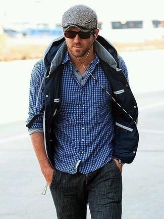 Comment porter: veste sans manches grise, chemise à manches longues en vichy bleue, t-shirt à manche longue et col boutonné gris, jean gris foncé