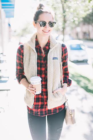 Comment porter: veste sans manches en polaire beige, chemise de ville écossaise rouge et noir, jean skinny déchiré noir, sac bandoulière en cuir beige