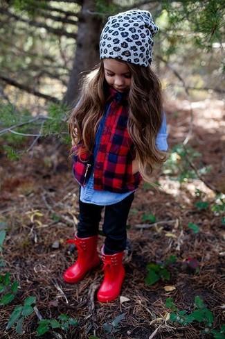 Comment porter: veste sans manches rouge, chemise de ville en denim bleue, leggings noirs, bottes de pluie rouges