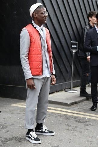 Tendances mode hommes: Harmonise une veste sans manches matelassée orange avec un costume gris pour un look pointu et élégant. Si tu veux éviter un look trop formel, complète cet ensemble avec une paire de des baskets basses en toile noires et blanches.