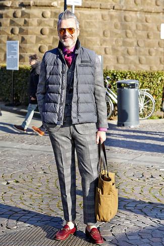 Comment porter: veste sans manches matelassée grise, costume écossais gris, chemise à manches longues fuchsia, slippers en cuir rouges