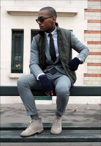 Comment porter des gants en laine bleu marine: Pour une tenue aussi confortable que ton canapé, pense à porter une veste sans manches vert foncé et des gants en laine bleu marine. Opte pour une paire de des bottines chukka en daim beiges pour afficher ton expertise vestimentaire.