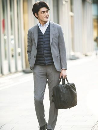 Comment porter: veste sans manches noire, costume en laine gris, chemise de ville à rayures verticales bleu clair, chaussures derby en cuir noires