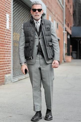 Tenue de Nick Wooster: Veste sans manches matelassée grise, Costume gris, Gilet gris foncé, Chemise de ville blanche