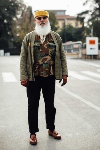 Comment s'habiller après 60 ans: Essaie de marier une veste sans manches camouflage marron avec un pantalon chino noir pour obtenir un look relax mais stylé. Jouez la carte classique pour les chaussures et opte pour une paire de mocassins à pampilles en cuir marron.