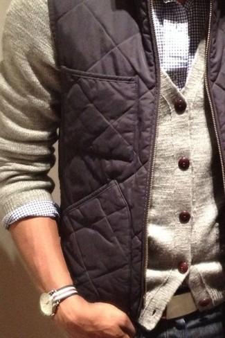 Comment porter: veste sans manches gris foncé, cardigan beige, chemise à manches longues en vichy blanc et bleu marine, jean bleu marine