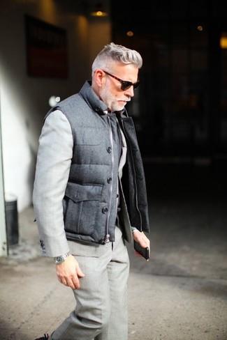 Comment porter: veste sans manches matelassée grise, costume gris, lunettes de soleil marron foncé, montre argentée