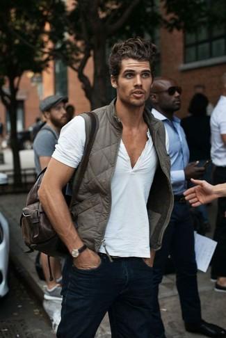 Comment porter: veste sans manches grise, t-shirt à col boutonné blanc, jean bleu marine, sac à dos en cuir marron foncé