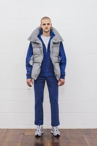 Comment porter un survêtement: Essaie d'associer un survêtement avec une veste sans manches grise pour un look confortable et décontracté. Tu veux y aller doucement avec les chaussures? Choisis une paire de des chaussures de sport grises pour la journée.