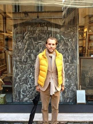 Comment porter un pantalon chino en velours côtelé marron clair: Essaie d'harmoniser une veste sans manches jaune avec un pantalon chino en velours côtelé marron clair pour une tenue confortable aussi composée avec goût.