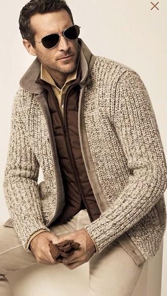 Comment porter: veste sans manches marron, cardigan en tricot marron clair, polo marron clair, pantalon chino marron clair