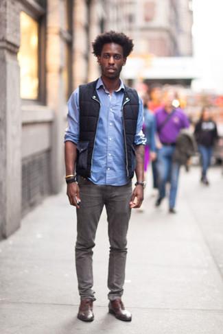 Comment porter: veste sans manches noire, chemise à manches longues bleu clair, jean gris, chaussures richelieu en cuir marron