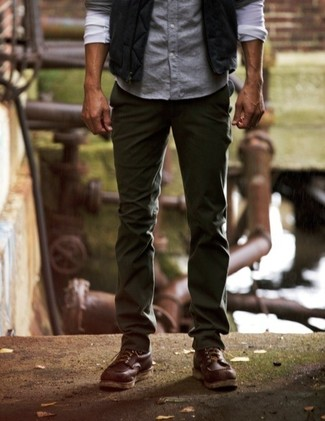 Comment porter: veste sans manches noire, chemise à manches longues bleu clair, pantalon chino vert foncé, bottes de loisirs en cuir marron foncé