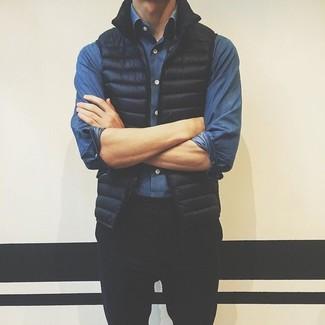 Comment porter: veste sans manches noire, chemise en jean bleue, pantalon chino noir