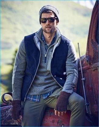 Pour une tenue de tous les jours pleine de caractère et de personnalité associe une veste sans manches bleu marine BOLF avec un pantalon chino gris.