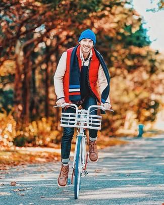 Comment porter: veste sans manches matelassée rouge, pull à col à fermeture éclair en polaire beige, chemise à manches longues bleu marine, jean bleu marine