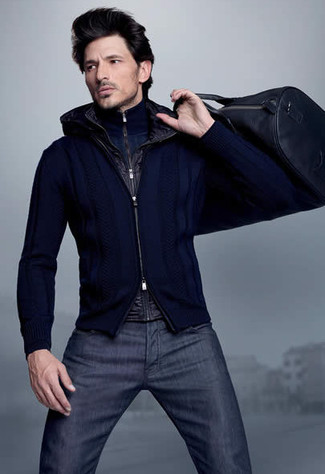 Comment porter: veste sans manches noire, pull à col à fermeture éclair bleu marine, pull à fermeture éclair bleu marine, jean bleu marine