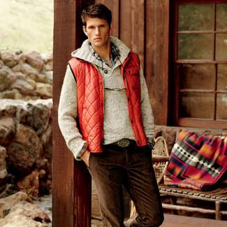 Comment porter: veste sans manches rouge, pull à col boule beige, chemise à manches longues écossaise multicolore, jean en velours côtelé marron foncé