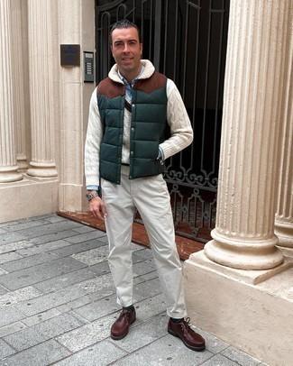 Comment porter des bottines chukka en cuir bordeaux: Pour une tenue de tous les jours pleine de caractère et de personnalité associe une veste sans manches matelassée vert foncé avec un pantalon chino blanc. Une paire de bottines chukka en cuir bordeaux apportera une esthétique classique à l'ensemble.