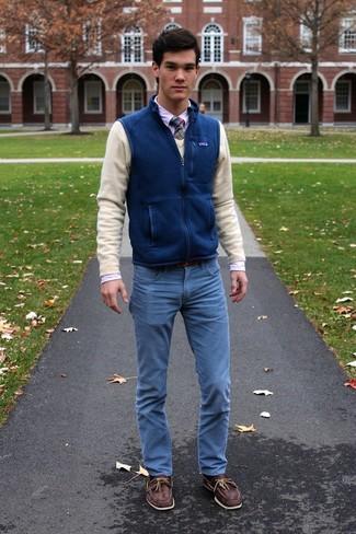 Comment porter: veste sans manches en laine bleue, pull à col en v beige, chemise de ville blanche, jean bleu clair
