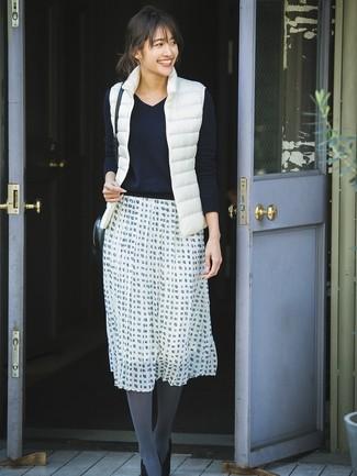Comment porter une veste sans manches blanche: Marie une veste sans manches blanche avec une jupe évasée à carreaux blanche et noire pour créer un look génial et idéal le week-end. Cette tenue se complète parfaitement avec une paire de des escarpins en daim noirs.