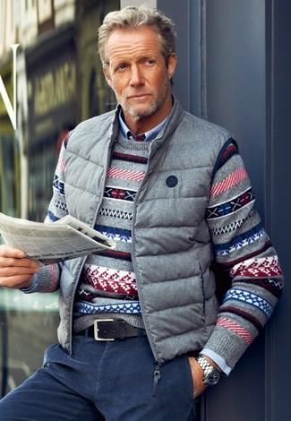Comment porter: veste sans manches grise, pull à col rond en jacquard gris, chemise à manches longues bleu clair, jean en velours côtelé bleu marine