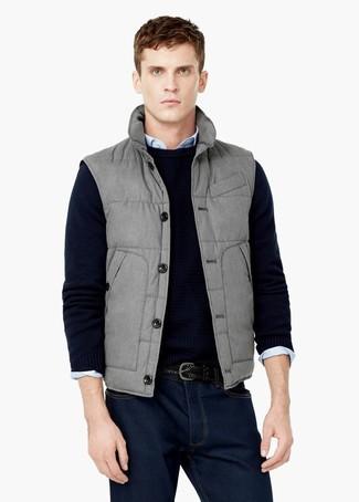Comment porter: veste sans manches grise, pull à col rond noir, chemise à manches longues bleu clair, jean bleu marine