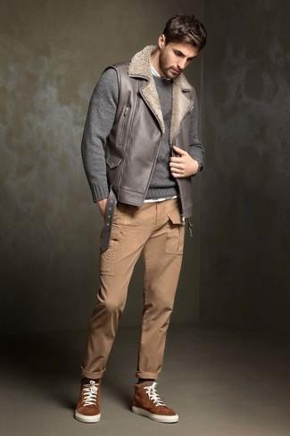 Comment porter: veste sans manches en cuir grise, pull à col rond gris, chemise à manches longues blanche, pantalon cargo marron clair