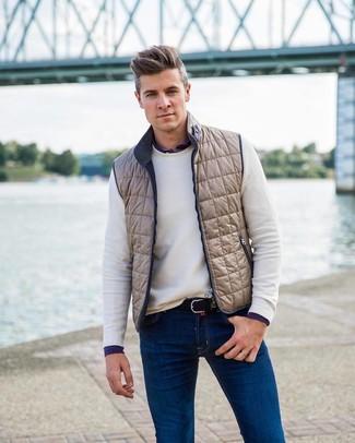 Comment porter: veste sans manches beige, pull à col rond blanc, chemise à manches longues bleu marine, jean bleu