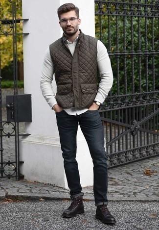 Comment porter un pull à col rond gris: Essaie d'associer un pull à col rond gris avec un jean bleu marine pour un look de tous les jours facile à porter. D'une humeur créatrice? Assortis ta tenue avec une paire de des bottes de loisirs en cuir marron foncé.