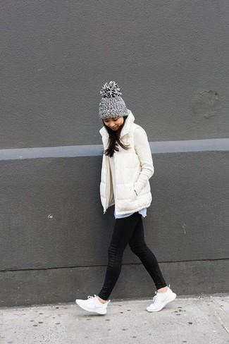 Comment porter une veste sans manches blanche: Essaie de marier une veste sans manches blanche avec des leggings noirs pour une tenue relax mais stylée. Jouez la carte décontractée pour les chaussures et assortis cette tenue avec une paire de des chaussures de sport blanches.