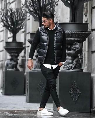 Comment porter: veste sans manches matelassée noire, pull à col rond noir, chemise de ville blanche, pantalon chino noir