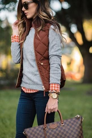 Comment porter: veste sans manches matelassée marron, pull à col rond gris, chemise de ville en vichy rouge et blanc, jean skinny bleu marine