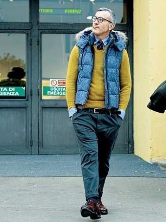 Comment porter: veste sans manches matelassée bleue, pull à col rond olive, chemise en jean bleu clair, pantalon chino noir
